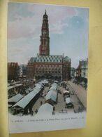 62 1120 CPA COLORISEE - ARRAS. L'HOTEL DE VILLE ET LA PETITE PLACE, UN JOUR DE MARCHE - TRES BELLE ANIMATION - Arras