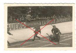 WW2 2x PHOTO ORIGINALE Soldats Allemands à CHARLEVILLE MEZIERES Stade Du Petit Bois 08 ARDENNES N°1 - 1939-45