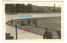 WW2 2x PHOTO ORIGINALE Soldats Allemands à CHARLEVILLE MEZIERES Stade Du Petit Bois 08 ARDENNES N°2 - 1939-45