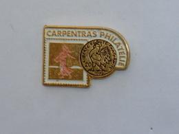 Pin's CARPENTRAS PHILATELIE - Verenigingen