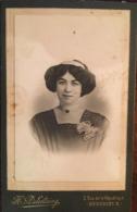 """Photo, Cdv, Portrait-Carte """"jeune Femme"""", Photographe D'atelier Henri DELESTAING à Bedarieux De 1910 à 1929 - 34 Hérault - Bedarieux"""