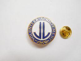 Superbe Pin's En EGF , Volunteer Achevement , USA - Villes
