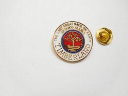 Superbe Pin's En EGF , Timberland , Alaska , Signé Saggay - Villes