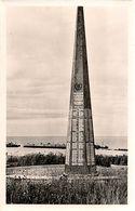 JUIN 1944 * COLLEVILLE SUR MER (Calvados) * OMAHA BEACH * LE MONUMENT COMMEMORATIF  * ARRIERE PLAN LE PORT ARTIFICIEL  * - Weltkrieg 1939-45