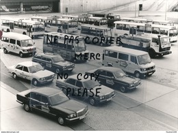 PHOTO De Presse Usine ? Ou Concession ? Exposition ?  MERCEDES BENZ VOITURE CAMION AUTOBUS CAR à Identifier - Automobiles