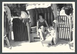 PIN UP En Maillot De Bains écoutant La Radio Dans Une Cabine De Plage Baigneuse En Vacances à La Mer PHOTO Originale - Pin-Ups