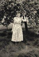 PIN UP En Robe Fleurie Prenant La Pose Dans Le Verger LA MODE D'AUTREFOIS - PHOTO Originale - Pin-Ups
