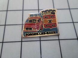 1820 Pins Pin's / Rare & Belle Qualité THEME POMPIERS / CAMION RENAULT ROUGE POMPIER FORGES-LES-EAUX - Pompiers