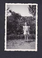 Photo Originale Vintage Snapshot Fillette Petite Fille  Denise Mantelet Près De L' Usine Des Eaux à Vacon En 1938 - Personnes Identifiées