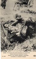 CP 59 Nord Douai Fantassins Français Secourant Un Camarade Blessé Tranchée Douai Guerre 1914 - Douai