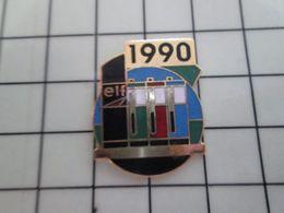 1820 Pins Pin's / Rare & Belle Qualité THEME CARBURANTS / STATION SERVICE ELF 1990 Par REMARK - Carburants