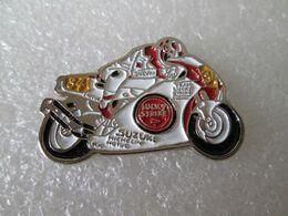 PIN'S   MOTO  SUZUKI  LUCKY STRIKE  KEVIN SCHWANTZ - Motorräder