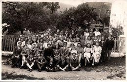 Carte Photo Originale Scolaire & Groupe Multi-Niveaux Posant Avec Un Curé & Noms Prénoms Au Dos Vers 1930/40 - Personnes Identifiées