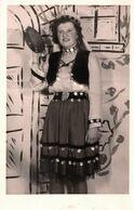 Carte Photo Originale Pin-Up Karola En Costume De Scène Bohémienne Au Tambourin En 1949 à Oberursel Ville En Allemagne - Pin-Ups
