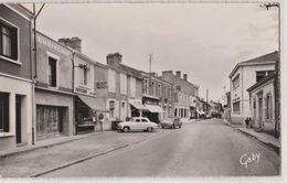 CPSM :Challans (85) La Rue Carnot Patissier   Docks De L'Ouest  Voitures 2 Cv Citroën Et Simca Aronde  Ed Gaby - Challans