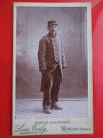 Photographie CDV Militaire Debout - Long Manteau - 75 Sur Col - Photo De Louis Taly à ROMANS (26) - TBE - War, Military