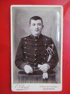 Besançon ( 25 ) - Photographie CDV Portrait Jeune Militaire ARTILLEUR - 5 Sur Col - Photo Christ - Circa 1880/90 - TBE - War, Military