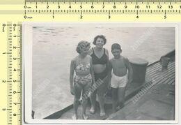 REAL PHOTO Ancienne Bikini Women And Boy On Beach Femmes En Maillot De Bain Et Garcon Sur Plage Old Orig. - Anonyme Personen