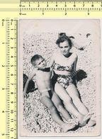 REAL PHOTO Ancienne Bikini Woman And Boy On Beach Femme En Maillot De Bain Et Garcon Sur Plage Old Orig. - Anonyme Personen