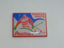 Pin's TRAVAUX PHOTO AUCHAN, SKIEUR - Photographie