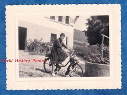 Photo Ancienne Snapshot - Portrait De Jeune Fille Sur Son Vélo Solex - Mode Pose Cycle à Moteur - Sports