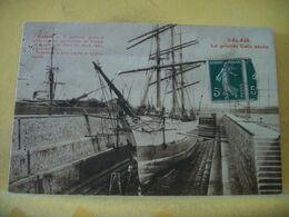 62 1297 CPA - CALAIS. LA GRANDE CALE SECHE - ANIMATION. BATEAU 3 MATS EN REPARATION - Calais