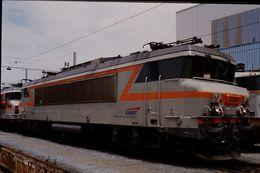 Photo Diapo Diapositive Slide Train Wagon Locomotive Electrique SNCF BB 22380 à Paris SO Le 12/07/96 VOIR ZOOM - Diapositive