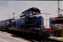 Photo Diapo Diapositive Slide Train Wagon Locomotive Diesel SNCF BB 66476 Et Fourgon à La Villette Le 19/07/96 VOIR ZOOM - Diapositive