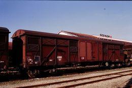Photo Diapo Diapositive Slide Train Wagon Couvert SNCF à Bogies à Montargis Halle SERNAM Le 22/10/96 VOIR ZOOM - Diapositive