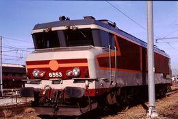 Photo Diapo Diapositive Slide Train Wagon Locomotive Electrique SNCF CC 6553 à Montargis Wagon T61 Le 23/10/96 VOIR ZOOM - Diapositive