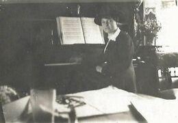 Jeune Demoiselle élégante à Sa Leçon De Piano Pianiste Musicienne Au Salon - PHOTO Originale - Personnes Anonymes