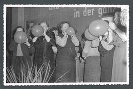 Concours De Gonflage De Ballons De Baudruche Entre Femmes  - PHOTO Originale - Personnes Anonymes