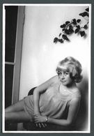 PIN UP Coquine En Nuisette Pose SEXY Sur Une Chaise Jeu De Jambes  - PHOTO Originale - Pin-Ups