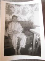 MAN IN PAJAMAS, HOMME EN PYJAMA, ORIGINAL PHOTO - Personnes Anonymes