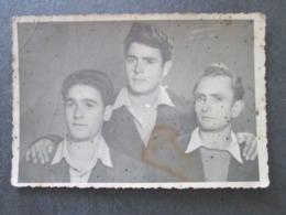 3 YOUNG MEN, 3 JEUNES HOMMES, ORIGINAL PHOTO - Personnes Anonymes