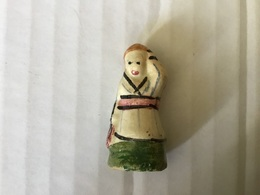 Fève Ancienne Santon + De 3 Cm Biscuit Verni FEMME Bras Levé Ceinture Rose - Santons/Fèves