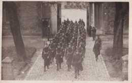 Armée Belge - Carte Photo - Un Peloton Au Pas Rentre à La Caserne - Unité à Déterminer - Pas Circulé - BE - Regimente