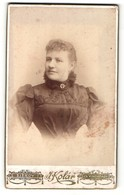 Fotografie J. Kolar, Prag-Zizkov, Portrait Blonde Dame Mit Brosche Am Gerüschten Kragen - Anonymous Persons