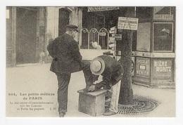 DF / 75 PARIS / PETITS MÉTIERS À PARIS / LE DÉCROTTEUR - COMMISSIONNAIRE / CARTE DOCUMENTAIRE - Petits Métiers à Paris