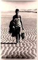 Carte Photo Originale Pin-Up Sexy Dans Son Maillot Une Pièce Seule Au Monde Sur Des Kilomètres De Plage Vers 1960/70 - Pin-Ups