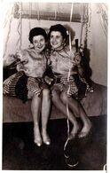 """Carte Photo Originale Pin-Up Sexy Au Sourire Coquin & Jupes Courtes à Damiers Pour Hauts """"Dooo Woog"""" & Cotillons 1940/50 - Pin-Ups"""