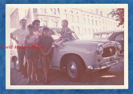 Photo Ancienne Snapshot - BLAYE - Portrait De Famille Devant Leur Automobile - 1965 - Enfant Garçon Fille Kodacolor - Cars