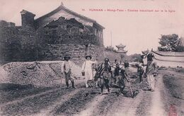 Indochine, Yunnan Chine, Mong-Tzeu, Coolies Travaillant Sur La Ligne (14) - China