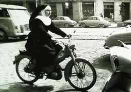 """Motocyclette """"BB Peugeot""""   Mofa Schwester  Spain -Nonne  Bonne Sœur Sur Cyclomoteurs   (Nun Good Sister  On Moped) - Postales"""