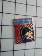 216b Pin's Pins / Beau Et Rare / THEME : MILITARIA / ARTILLERIE 1720 CHAPEAU NAPOLEON CANON FLEUR DE LYS - Militair & Leger