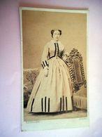 PHOTO CDV 19 EME FEMME ELEGANTE ROBE MODE   Cabinet KALTENBACHER A AMIENS - Ancianas (antes De 1900)