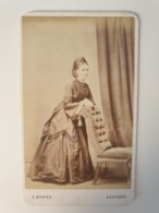 Cdv Ancienne Vers 1860 .portrait  D Une Femme. Photographe Samuel Barns. Ashford. Angleterre - Alte (vor 1900)