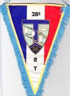 Fanion-souvenir Triangulaire 28° Régiment Des Transmissions. 175 X 260 Mm. Tissu Polyamide à Fond Tricolore, Imprimé. - Insegne
