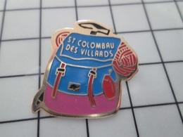 216b Pin's Pins / Beau Et Rare / THEME : VILLES / ST COLOMBAU DES VILLARDS SAC A DOS PIOLET ALPINISME - Steden