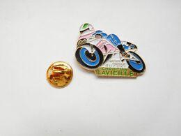 Superbe Pin's En Relief , Moto Suzuki , Oil Castrol , Pneu Michelin , Christian Lavieille , Carnac , Spidi - Motorräder